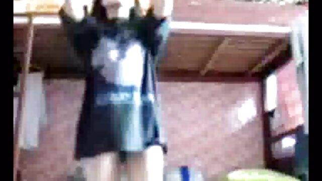 نوجوان 18 ساله آدرس کانال تلگرام فیلم سکسی روی ماسه های صورتی و خیس خود انگشت می زند